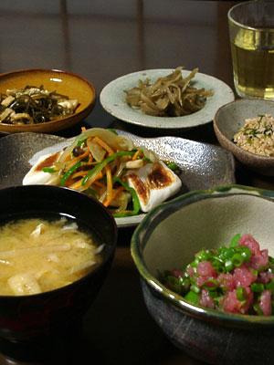 常備菜/鶏皮とゴボウのこってり煮・大根葉と油揚げと桜海老の炒り煮