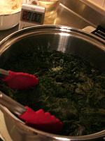 赤しそジュース(赤しそドリンク)レシピ:赤しそを鍋に入れる