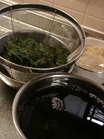 赤しそジュース(赤しそドリンク)作り方:赤しそをざるにあけ漉す。