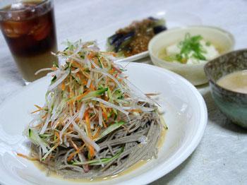 シャッキリ野菜のピリ辛ごま蕎麦